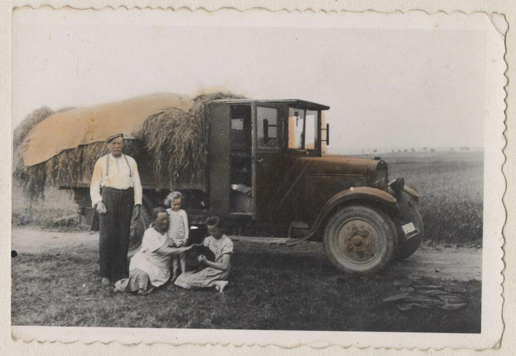 Fotografie z let 1932 až 1945 zachycující užívání vystaveného vozu rodinnou Křivancových.